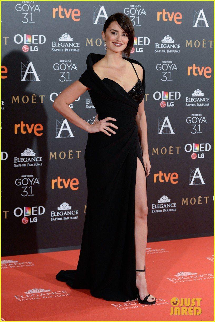 潘妮洛普克魯茲近日出席西班牙哥雅獎Goya Awards,身穿黑色Atelier...