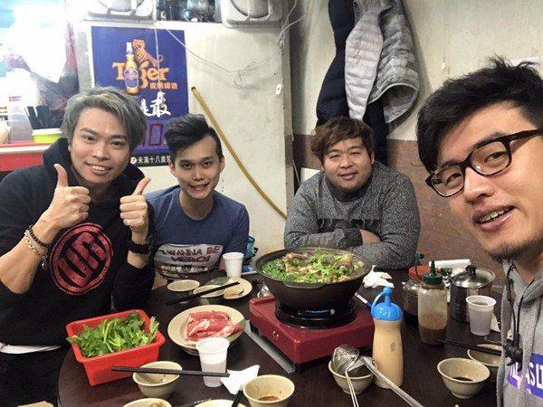 卡古(左)與山豬(右二)聚餐談心。圖/摘自卡古臉書
