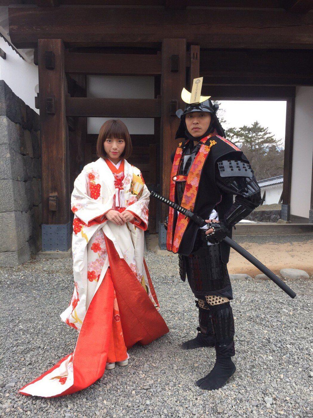 陳芊羽(左)、王上豪體驗公主服、武士服。圖/民視提供