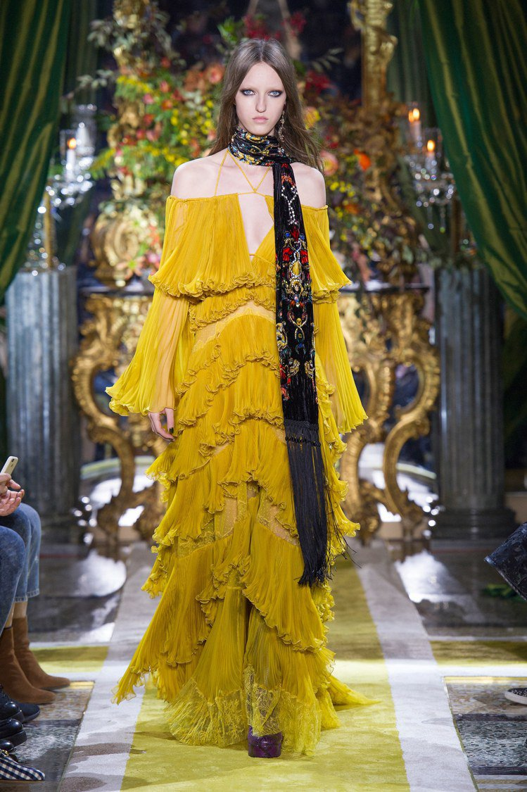 碧昂絲穿著的Roberto Cavalli的芥末黃荷葉設計禮服。圖/Robert...
