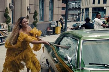 拍MV對歌手來說是家常便飯,但要如何成功製造話題可是很有學問的。近日西洋天后「花蝴蝶」瑪麗亞凱莉就因為在新單曲「I Dont」的MV中燒毀婚紗而掀起熱議,據傳這件白色婚紗是她早在2016年就買好的新...