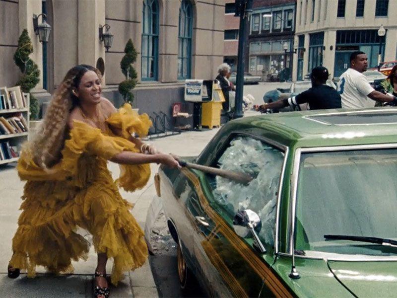 碧昂絲曾在2016年推出的「Lemonade」音樂電影中穿著Roberto Ca