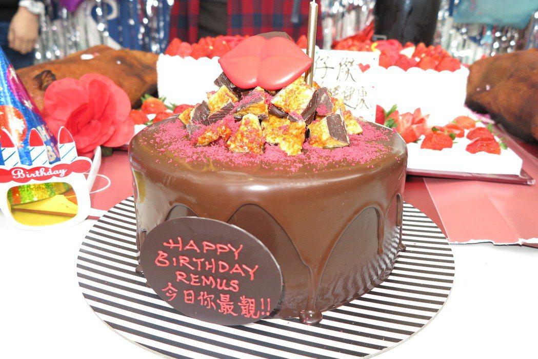 蔡一傑歡慶50大壽,歌迷準備大蛋糕。圖/寰亞提供