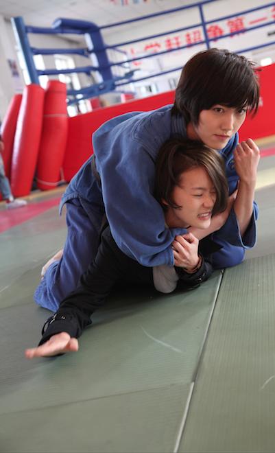 鍾&#29814(下)在「替身」劇中,被盧婕施以柔道攻擊、擦出愛火。圖/三映電影...