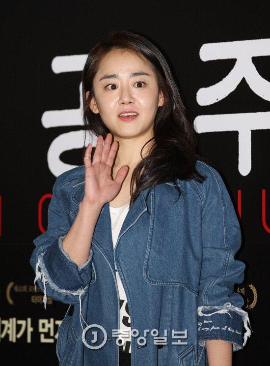 文瑾瑩患「急性腔室症候群」,昨天上午進行二度手術,搶救右手。圖/摘自韓國中央日報