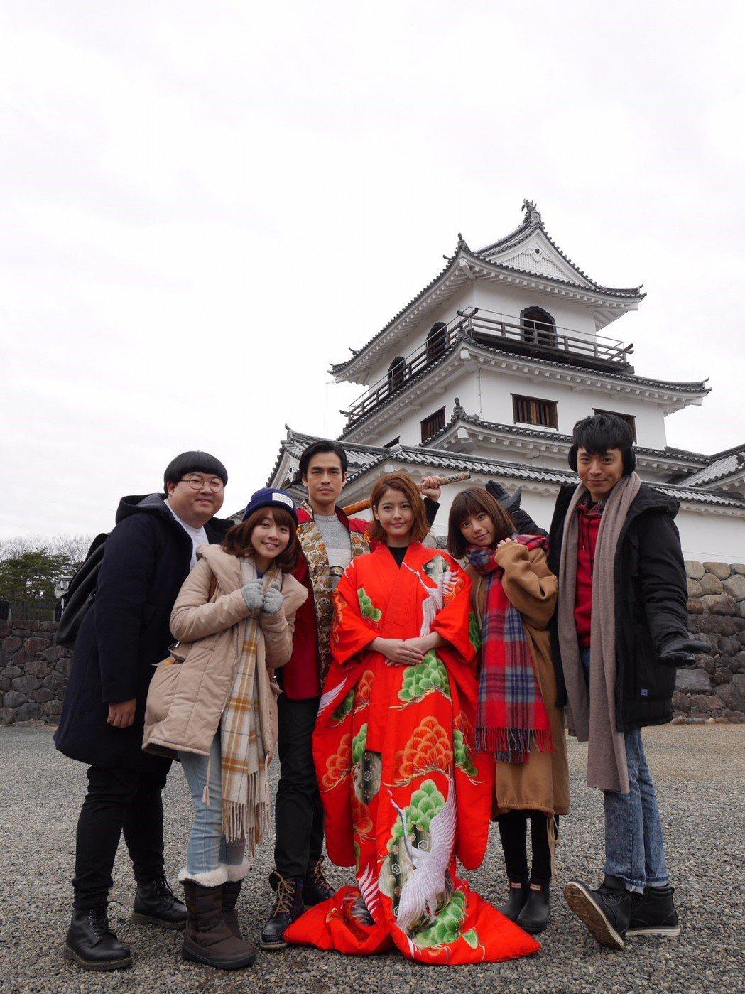 王樂妍、Gino帶領劇中學生們陳彥佐(左起)、陳怡溱、陳芊羽、王上豪到白石城取景