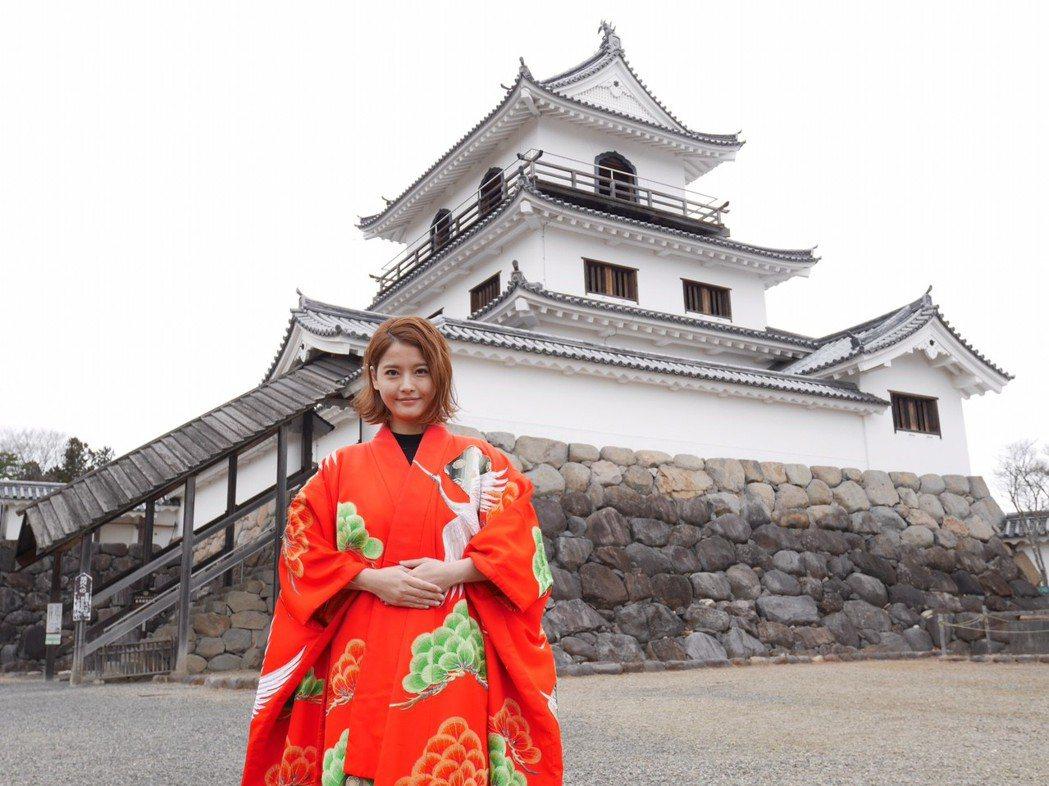 王樂妍在白石城前體驗公主服顯貴氣。圖/民視提供