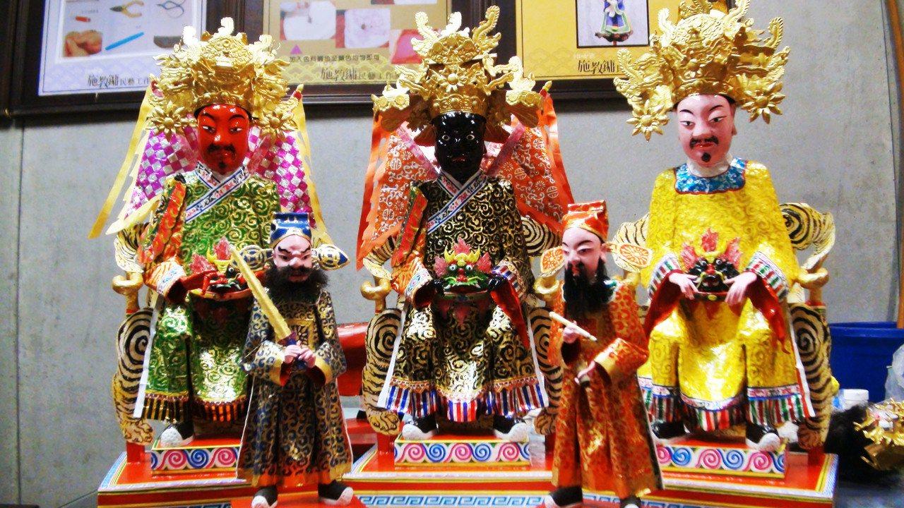 紙做的三尊王爺,前者為文、武(右、左)判官。記者郭宣彣/攝影
