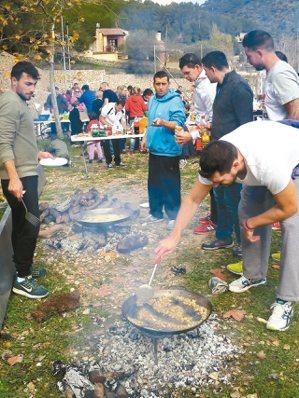 我跟著當地人參加此年度盛會,發現每家的大鍋飯從生火、掌廚,清一色都是男性。 攝影...