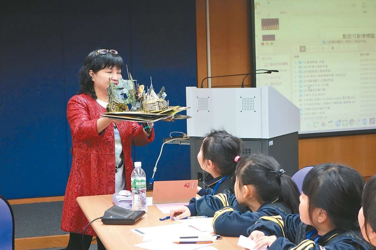 方素珍展示立體繪本鼓勵同學「多欣賞」。 圖/聯合報教育事業部提供
