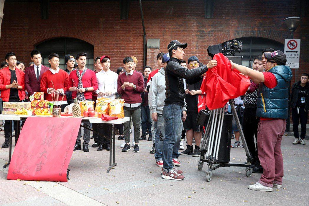 探討同志話題的電影「紅樓夢」開鏡,導演吳星翔(右)帶著演員一起在吉時焚香祝禱開鏡...