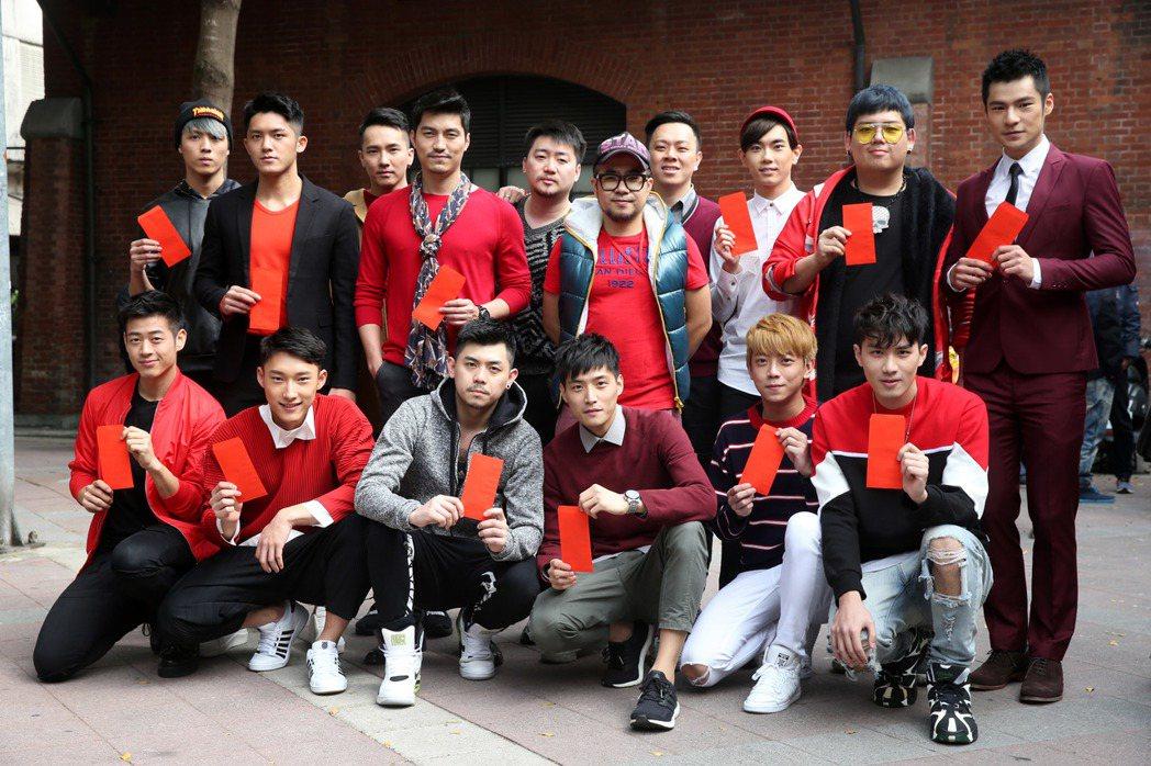 探討同志話題的電影「紅樓夢」開鏡,導演吳星翔(後排右六)帶著全體演員一起在吉時焚