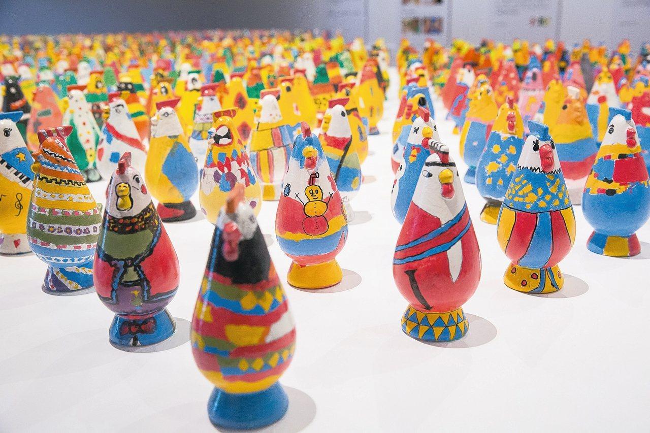 台東縣政府與學學文化創意基金會合作,於台東美術館舉辦「感動雞」藝術家彩繪助學特展...