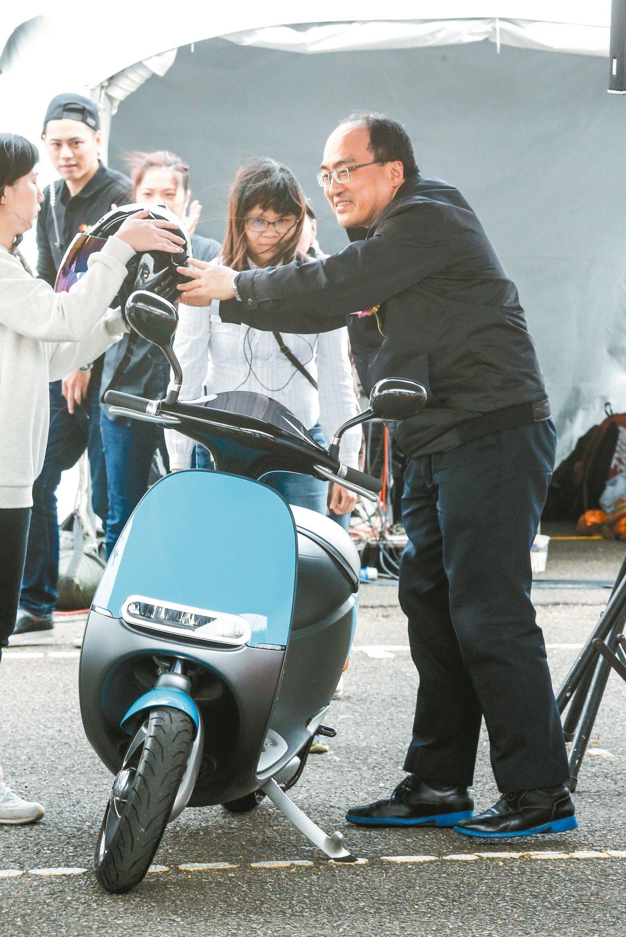 經濟部上午在TAF空總創新基地舉行「行的新態度-電動機車推動成果發表會」,工業局...