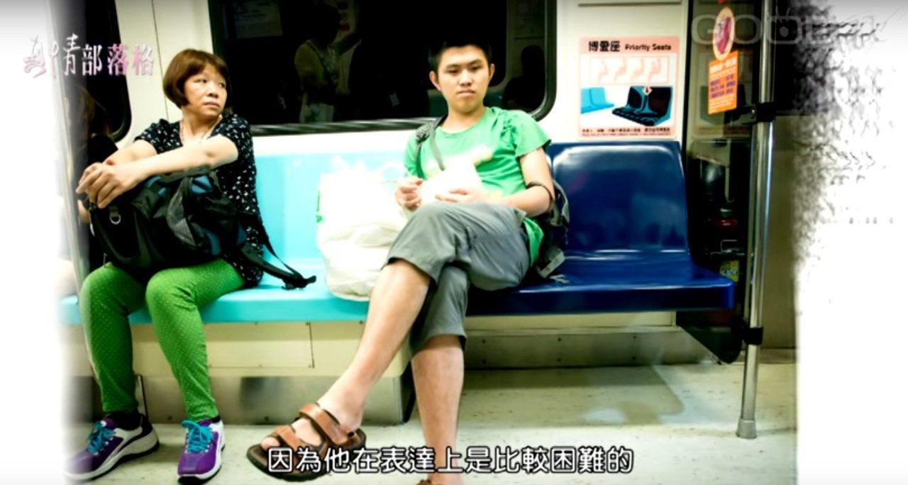 張敦捷搭乘捷運。圖/截自GOODTV真情部落格「數字星球小王子 - 陳淑芬、張敦...