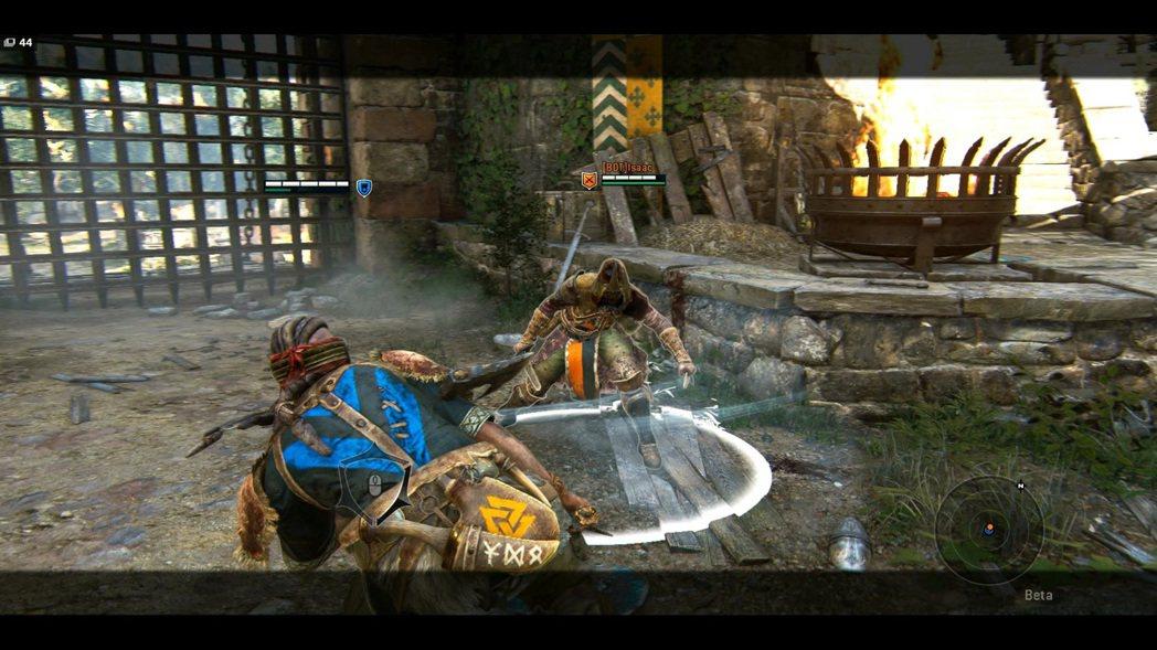 靠著閃避取消或是閃避發動連續技,也是狂戰士的主要攻擊手段之一。