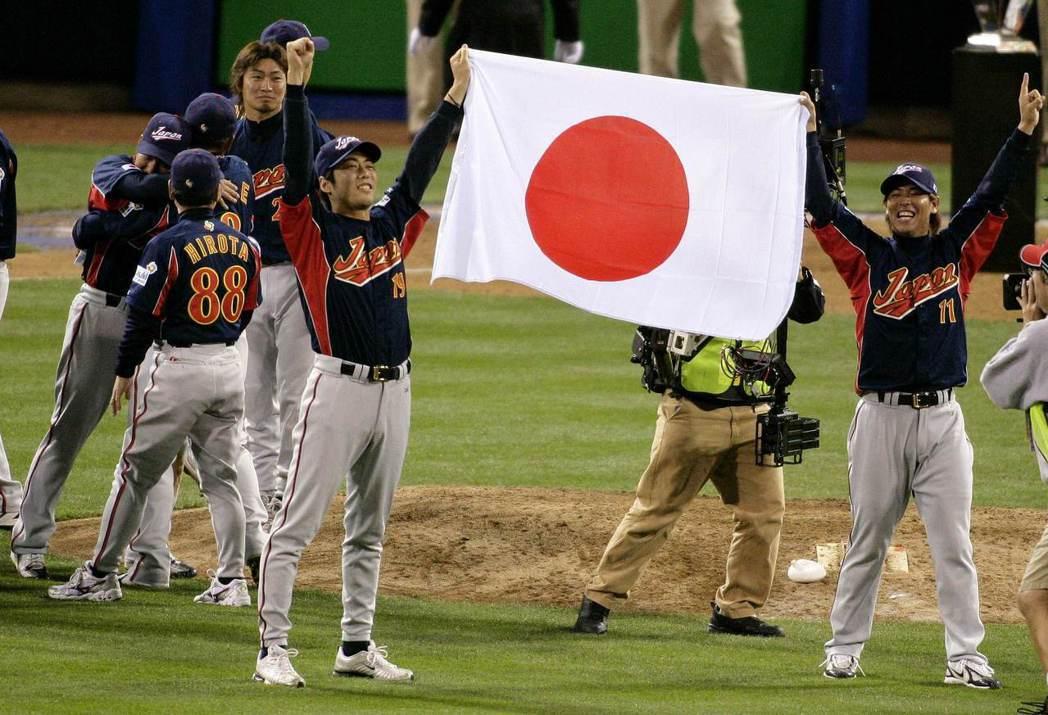 2006年世界棒球經典賽,日本隊奪下冠軍。前排左為上原浩治,右為清水直行。 圖/路透社