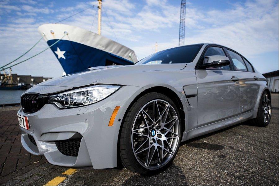 不同於常見的黑色、白色,水泥灰配色讓這輛 M3 的引擎蓋與車側鈑線更加明顯。 摘自 Bimmer Post