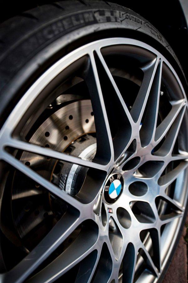 國外車友還選配了 M3 Competition Package 套件,換上這咖類似 M4 GTS 樣式的輪框。 摘自 Bimmer Post