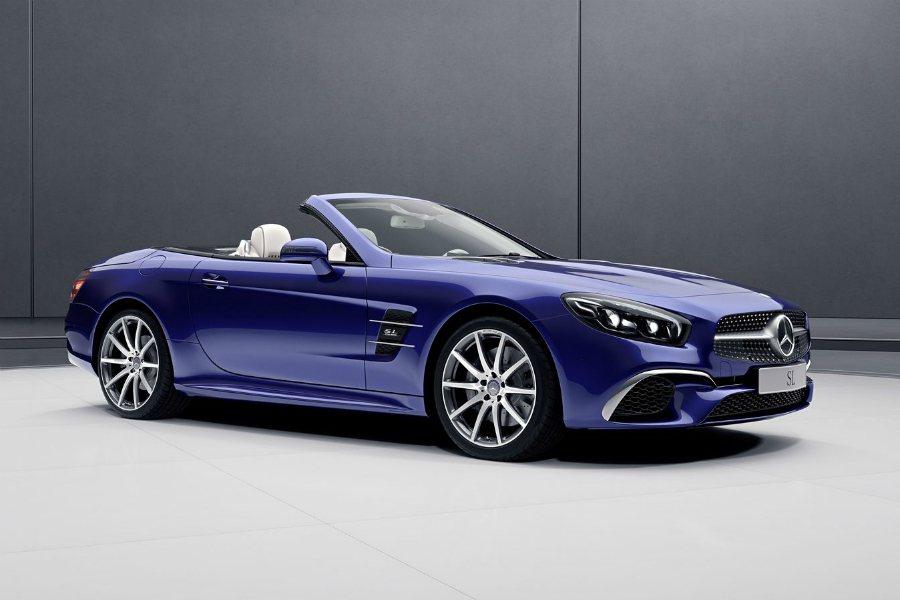 SL designo Edition 則著重於營造豪華氛圍,因此採用亮眼的藍色塗裝搭配白色車室設計。圖為 SL designo Edition 車型。 摘自 Mercedes-Benz