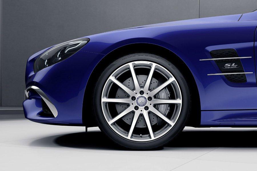 SL designo Edition 採用 AMG 10 幅鍛造鋁圈,並以 designo 車側銘版來做為識別。 摘自 Mercedes-Benz