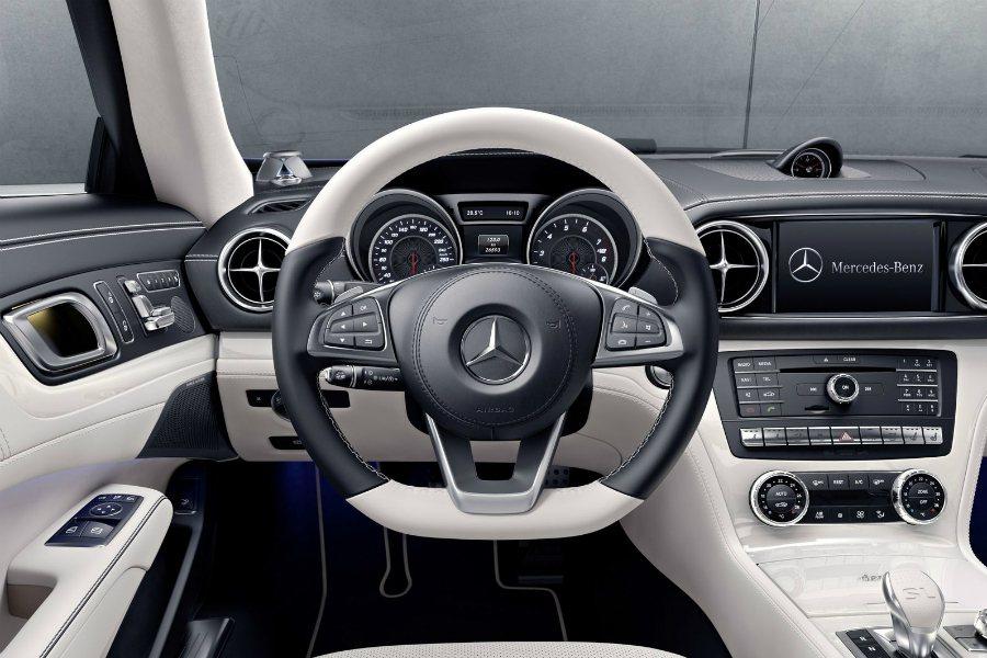 SL designo Edition 採用黑白雙色 AMG 三幅方向盤,相當特別。 摘自 Mercedes-Benz