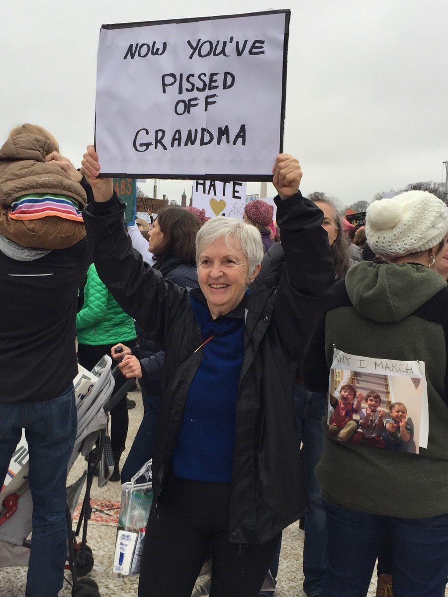 女性大遊行抗議標語「祖母被你惹毛了」。圖/取自Twitter。