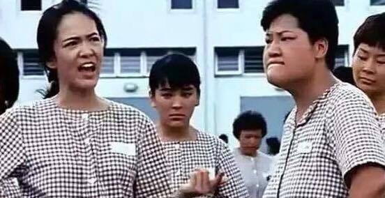 魯芬(右)在「女子監獄」飾演「山東婆」而成名,左為鄭裕玲。圖/摘自YouTube