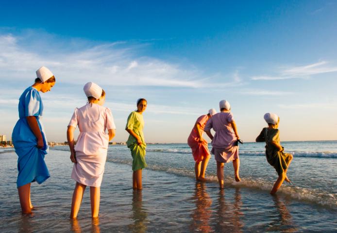 佛州Siesta Key海灘旁,一群艾美許人(Amish)在戲水。攝影者Jenn...