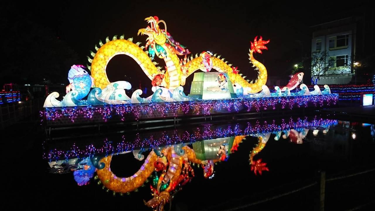 北港水道頭燈區觀光局的主燈鯉躍龍門,水光倒影,繽紛五彩。記者蔡維斌/攝影