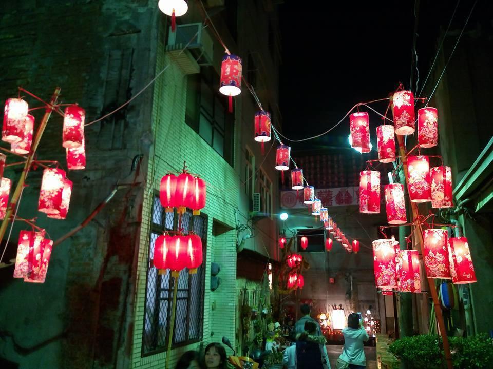 巷弄花布小燈,別具東洋風味,步行其間,像走在日本小街。記者蔡維斌/攝影