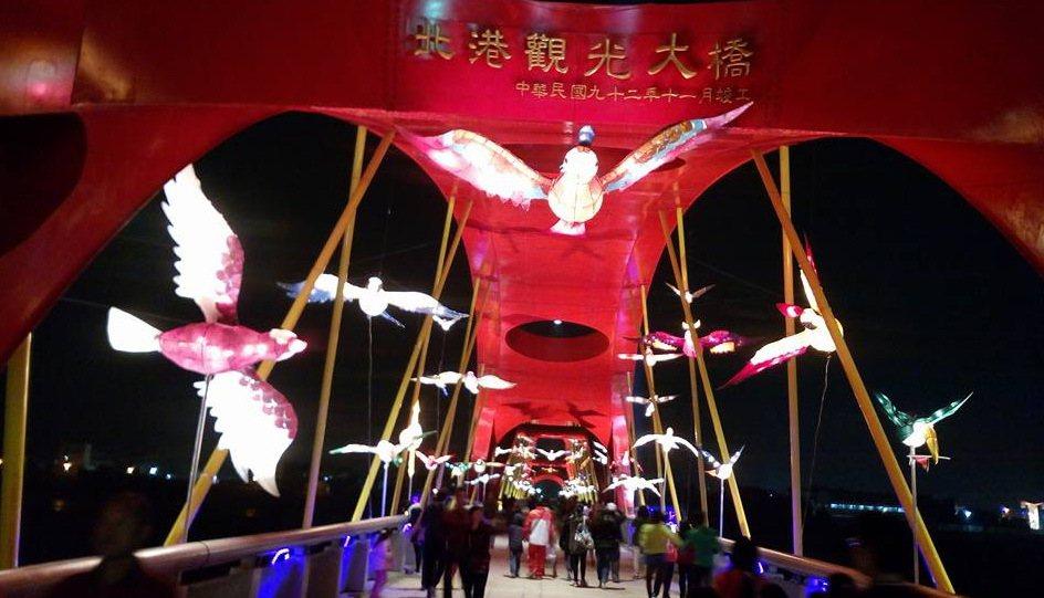 觀光大橋燈區的百鳥朝鳳,群鳥燈影飛舞,讓人目不暇給。記者蔡維斌/攝影