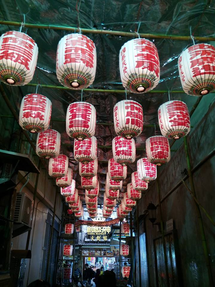 一個轉彎的巷弄又是另一個燈的世界,北港古仔燈大師林聰賢的作品掛滿街,很有古風。記...