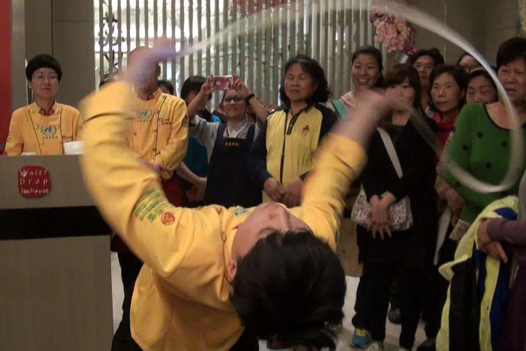 「關公扯麵」技藝結合舞蹈律動,是美食也是美學。記者王昭月/攝影