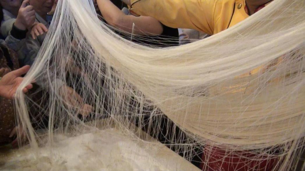 龍鬚拉麵又稱銀絲麵,是山西麵藝中的經典,拉成的上萬根麵條細如髮絲。記者王昭月/攝...