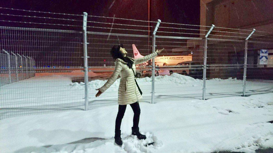 陳美鳳看到青森路邊的雪迫不及待拍起美照。圖/民視提供