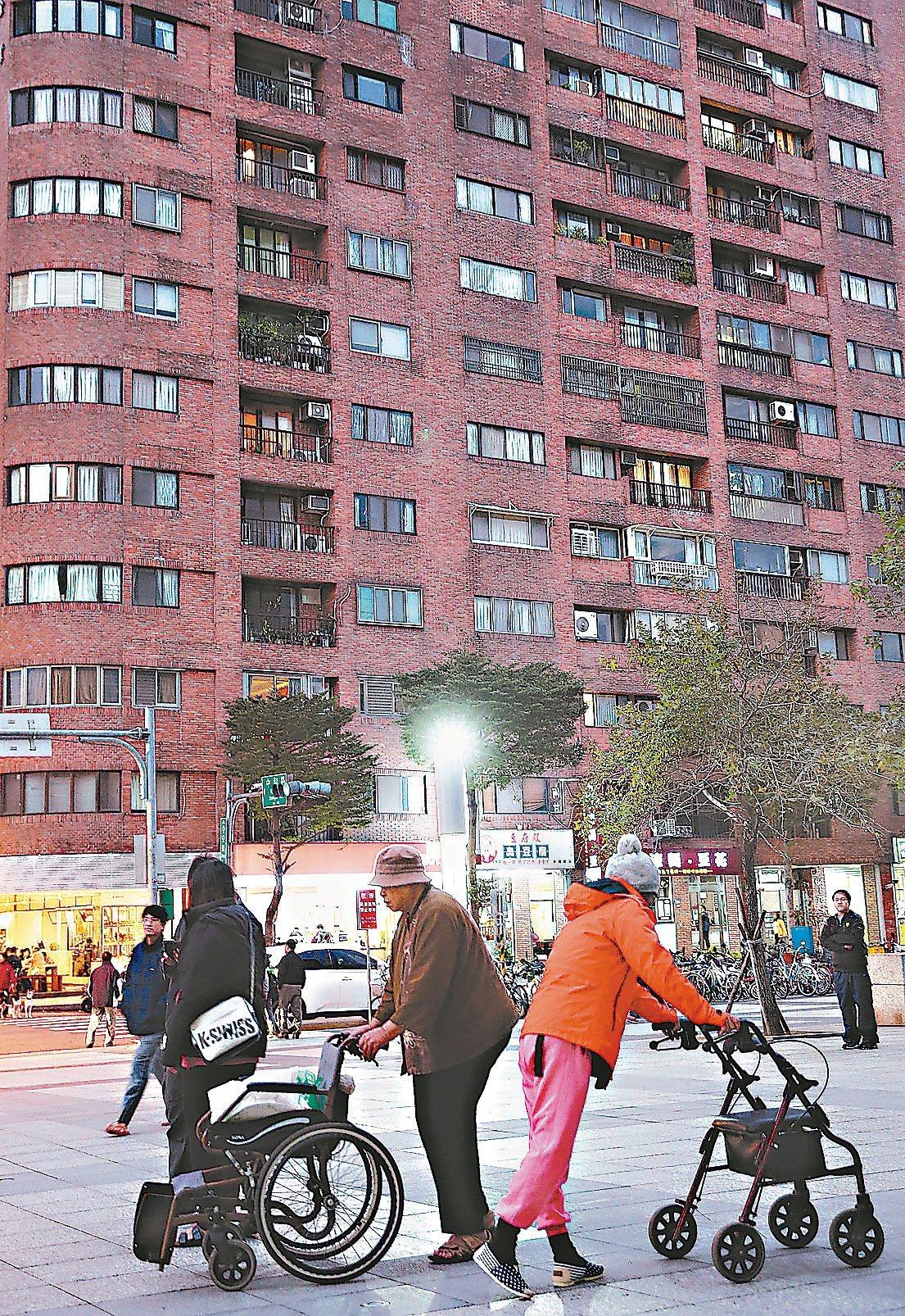 合庫銀發現,辦理以房養老的區域以台北市26%最高,其次為新北市的18%;男女比重...
