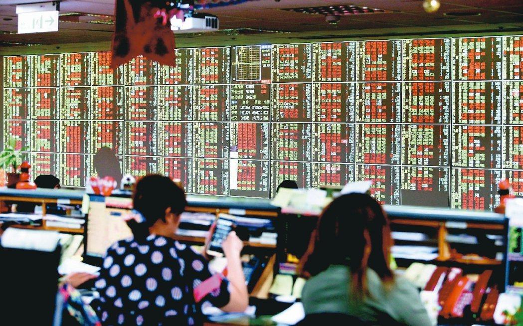 國內多家證券商日前遭駭客入侵。圖為交易中的股市。 (報系資料庫)