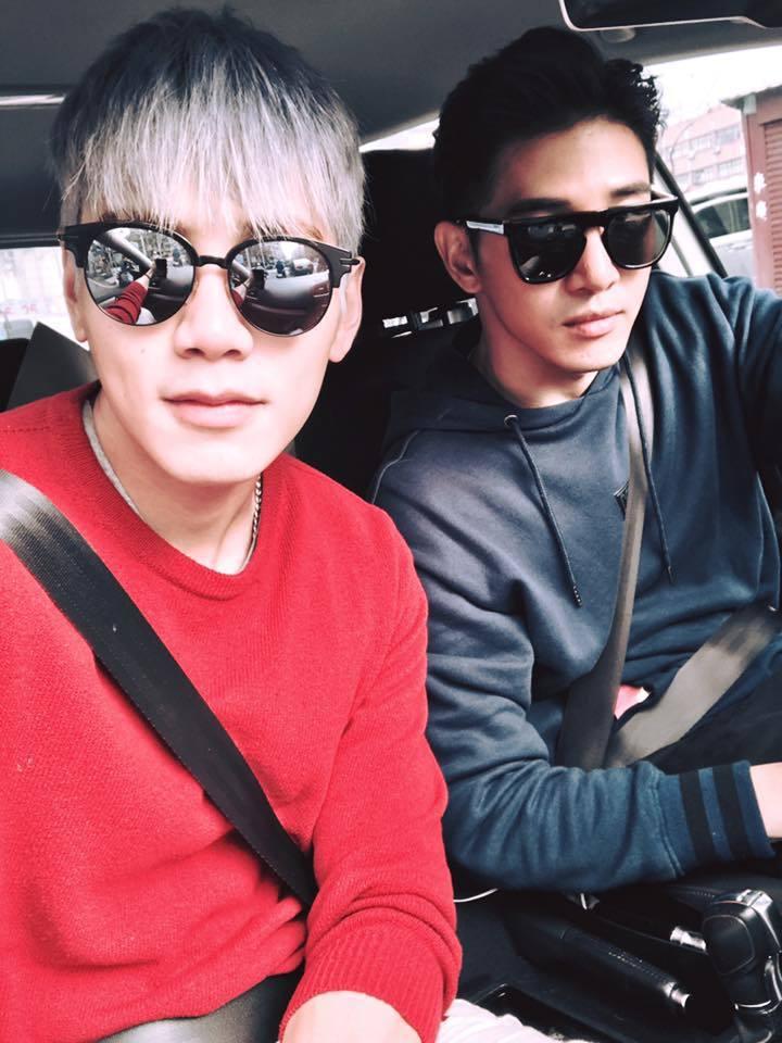 布魯斯(左)與張立昂(右)開車出遊。 圖/擷自布魯斯臉書
