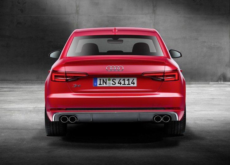 全新Audi S4後保桿下方則採用鋁合金分流器,搭配四出式橢圓排氣尾管,低調中則...