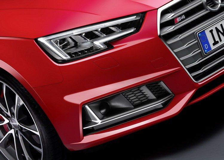 全新Audi S4的車頭改採消光灰塗裝的單體遁形水箱護罩設計,前方保險桿左右氣壩...