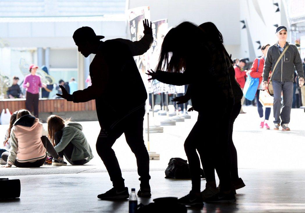 跳街舞的青年。新華社