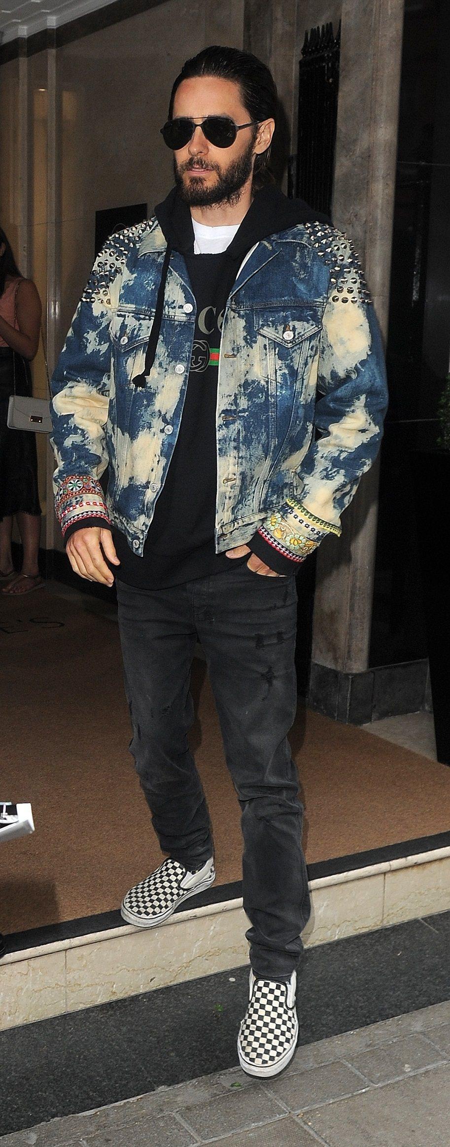 傑瑞德雷托穿著 Gucci 2017 早春鉚釘牛仔外套配Gucci印花t-shi...