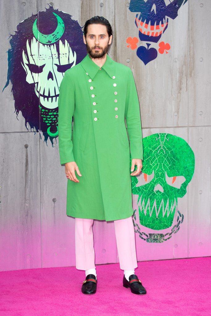 換上春夏洋裝式剪裁大衣,大膽用綠色搭配粉紅色,同樣以白襪與皮鞋的組合穿出復古文青...