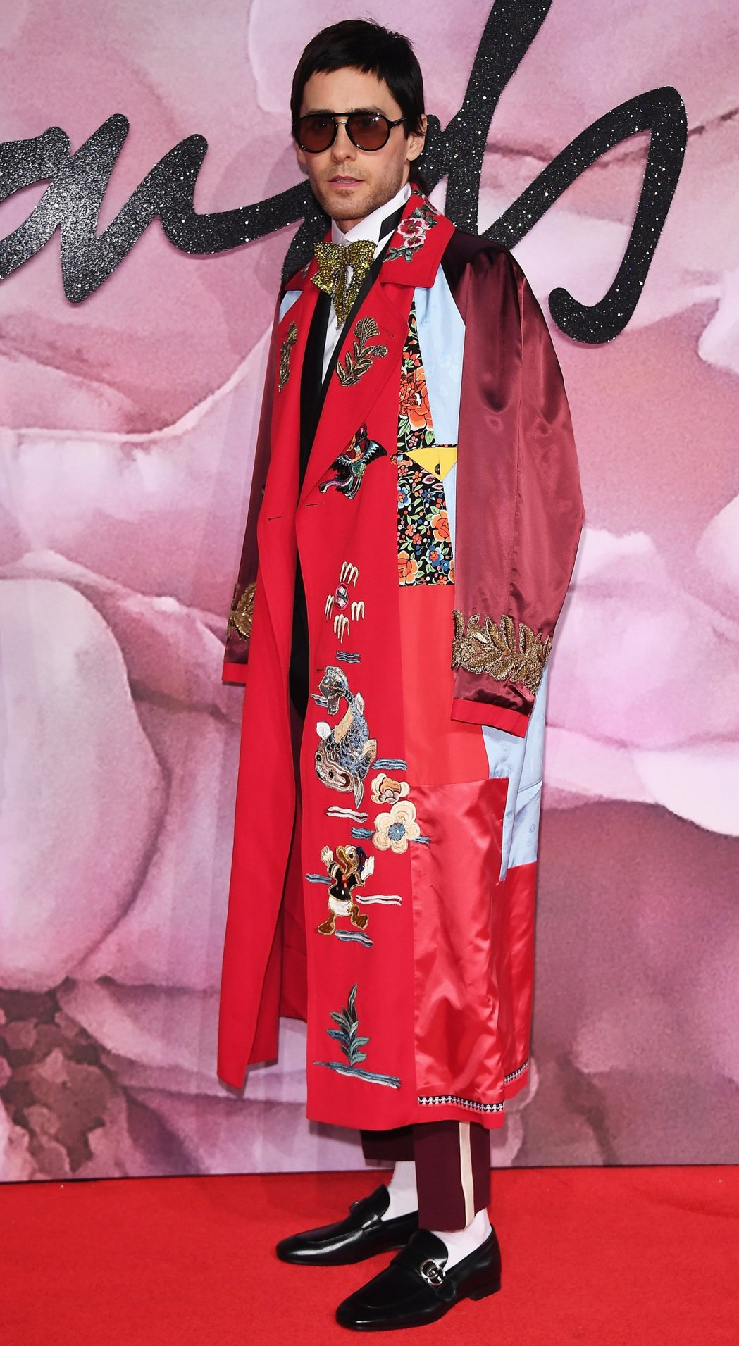 傑瑞德雷托穿上Gucci 2017春夏長版唐老鴨刺繡罩衫搭配亮片刺繡領結,無論是...