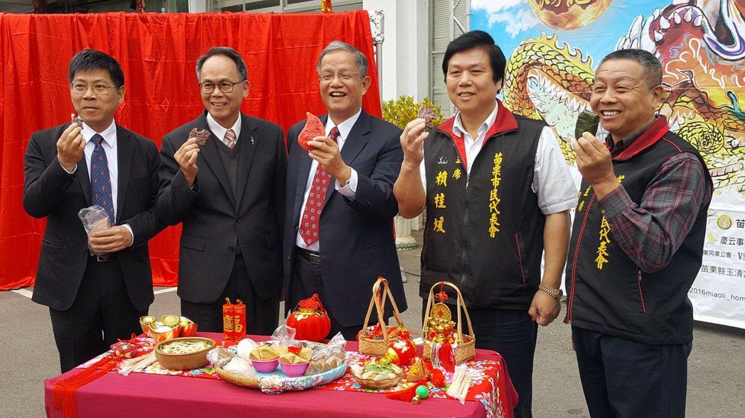 苗栗市長邱炳坤(中)等人向各地民眾推介苗栗客家美食。記者胡蓬生/攝影