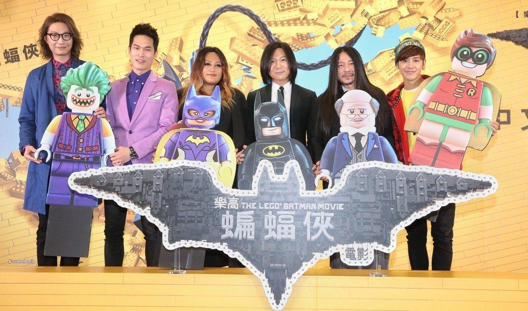 鼓鼓(右起)、亂彈阿翔、五月天瑪莎、家家、宇宙人阿奎、宇宙人方Q等為電影蝙蝠俠配...