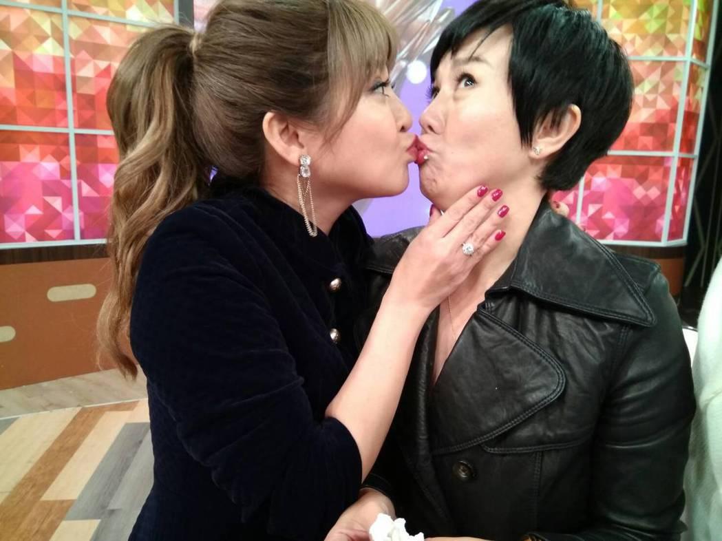 王彩樺與苗可麗在節目中女女吻。圖/衛視中文台提供