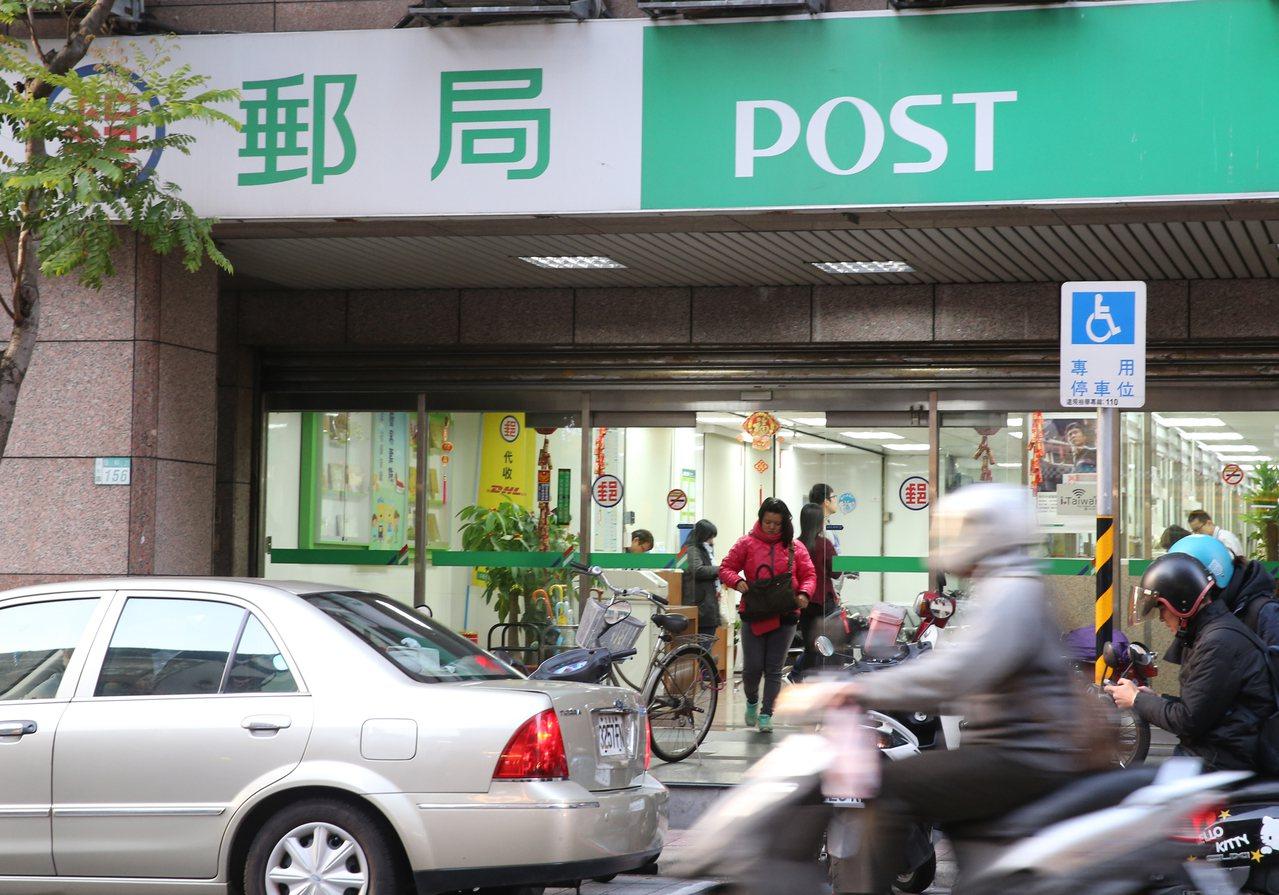 為兼顧民眾需求及勞工權益,中華郵政宣布,287家郵局維持周六營業。 記者陳正興/...