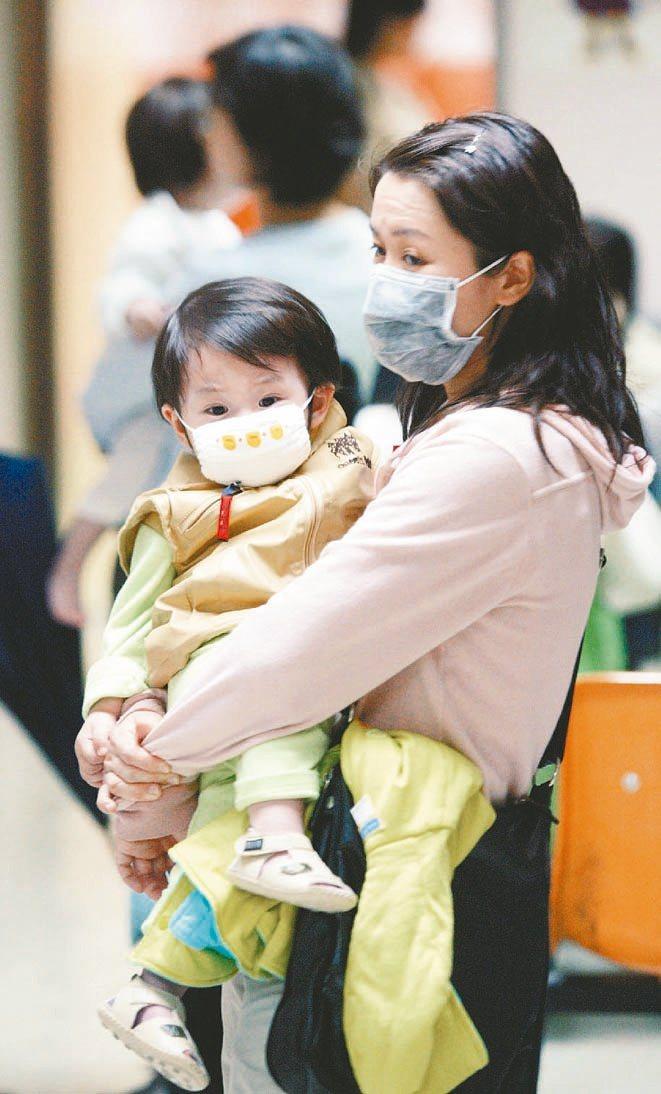 明天最強寒流報到,衛福部疾管署預估疫情恐增溫,提醒民眾預防流感注意保暖、勤洗手,...